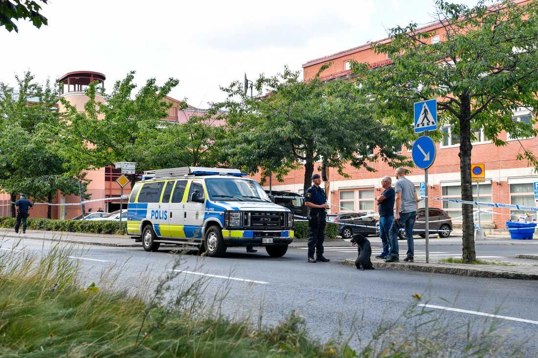 Polisen har hittat en bil med vad man misstänker är kulhål vid Älvsjö station i södra Stockholm. Flera personer larmade polisen under förmiddagen om att de hört höga smällar.