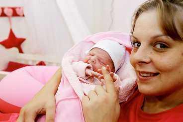 """babylycka i såpan Joscelyn Savanna föddes i går rätt in i dokusåpavärlden. Mamma Tanja, 27, stannade kvar i """"Big brother""""-huset när värkarna började komma. Delar av förlossningen visades sedan i tv."""