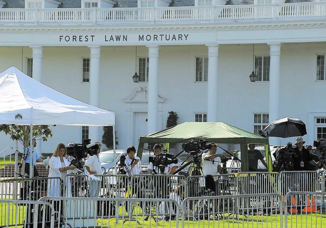 Press och tv-bolag från hela världen har ställt upp sin utrustning utanför begravningskapellet, i hopp om att fånga några av de kändisar som förväntas passera senare i dag.