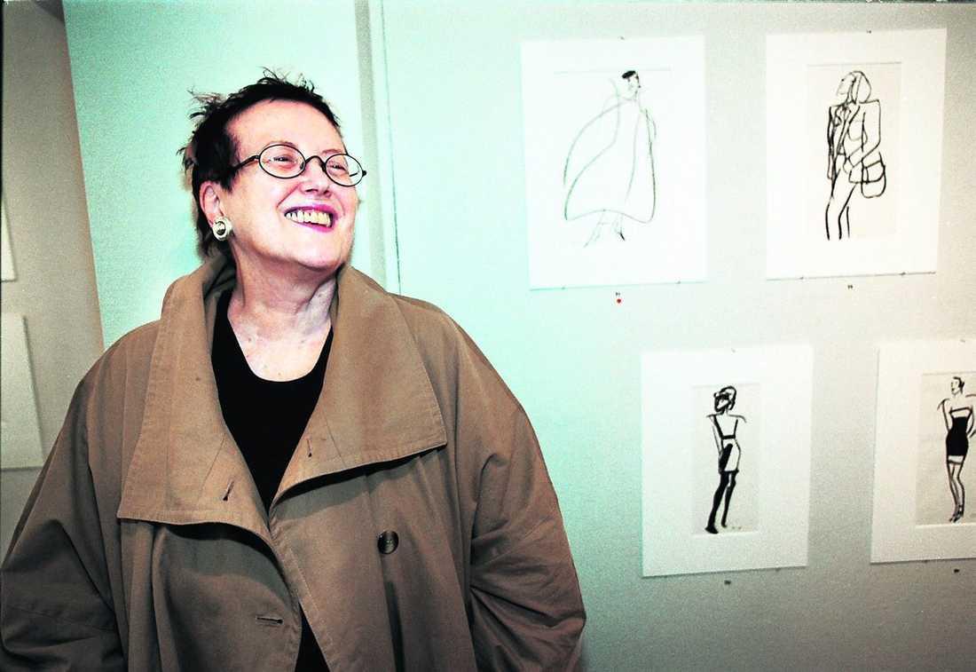 Kerstin Thorvall både skrev och tecknade mode – här ställer hon ut sina alster hos Aftonbladets konstförening.