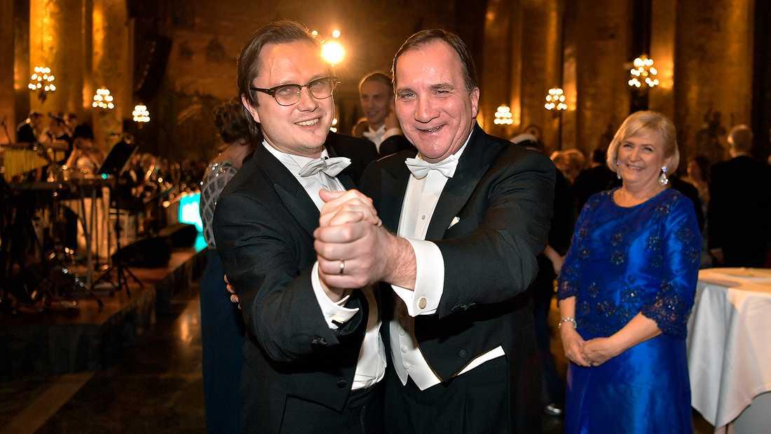 Markus Larsson tar sig en svängom med Stefan Löfven på Nobelfesten 2016.