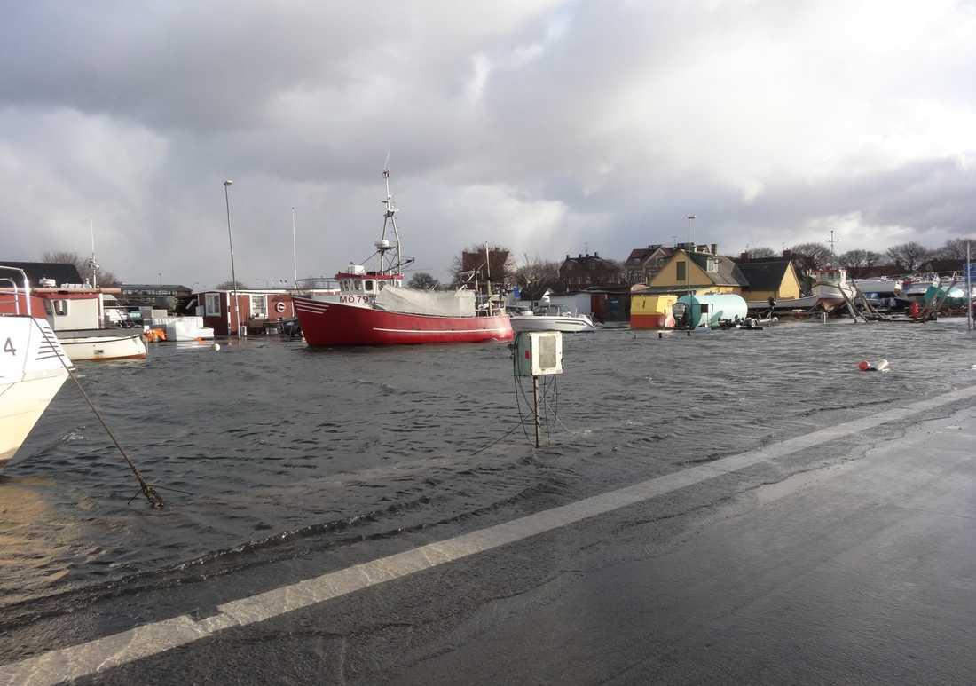 – Södra fiskehamnen i Limhamn är översvämmad över kajerna. Jag har själv båt där nere och var där för för att titta till båten när jag tog bilden. Min egen båt har dock klarat sig eftersom jag har den uppe på land nu över vintern.