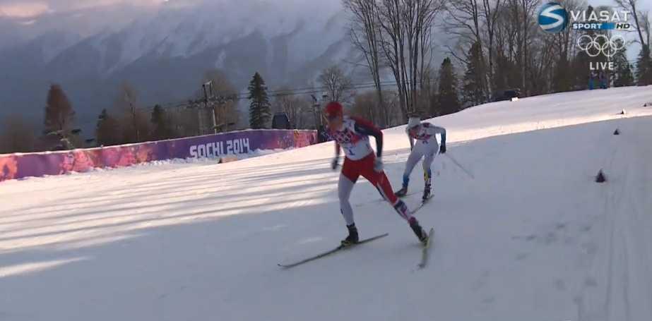 Ola Vigen Hattestad och Teodor Peterson leder överlägset och gör upp guldet. Men fallen öppnar också ett himlavalv för Emil Jönsson – som tar över tredjeplatsen och plötsligt hittar nya krafter.