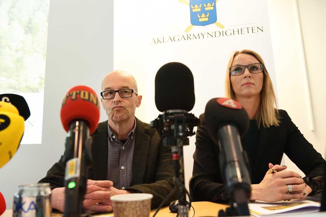 Kammaråklagarna Johan Fahlander och Jessica Wenna under pressträffen i Västerås polishus med anledning av åtal i Arbogaärendet.