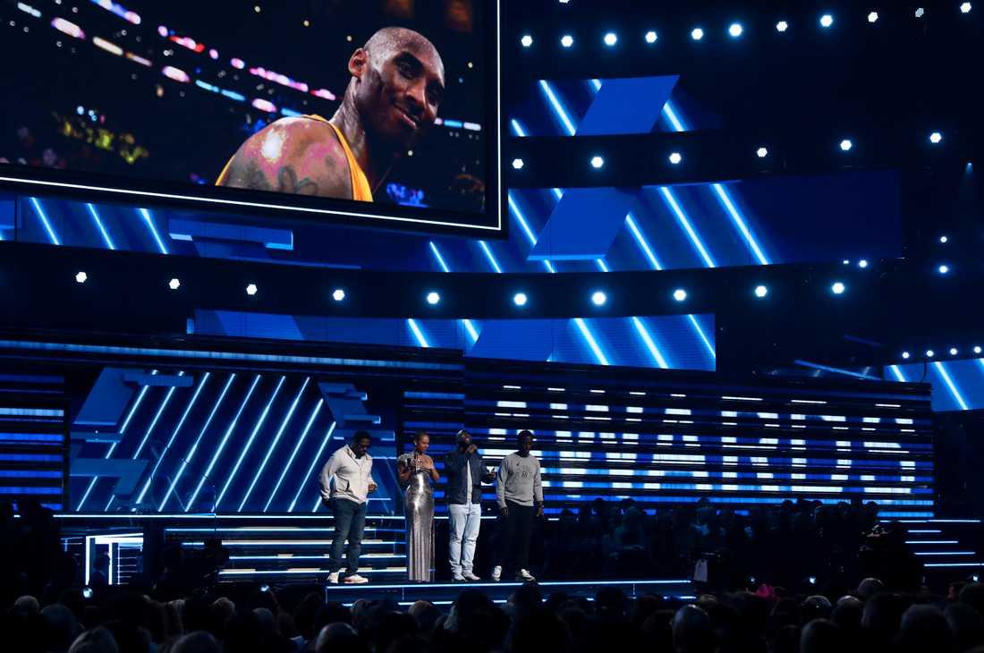 Alicia Keys och Boyz II Men hedrade Kobe Bryant under Grammygalan.