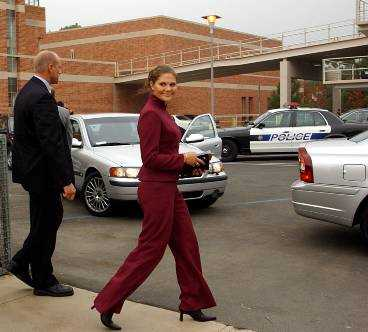Victoria har sina livvakter med sig - dygnet runt. Los Angeles, oktober 2001.