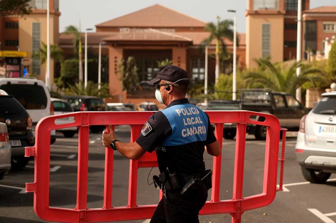 En spansk polis spärrar av ett hotell på Teneriffa. Omkring 1000 hotellgäster har satts i karantän på den spanska ön.
