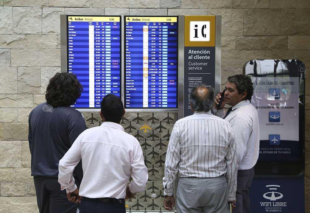 Askmolnet orsakade flera inställda avgångar från flygplatsen Ezeiza i Buenos Aires.