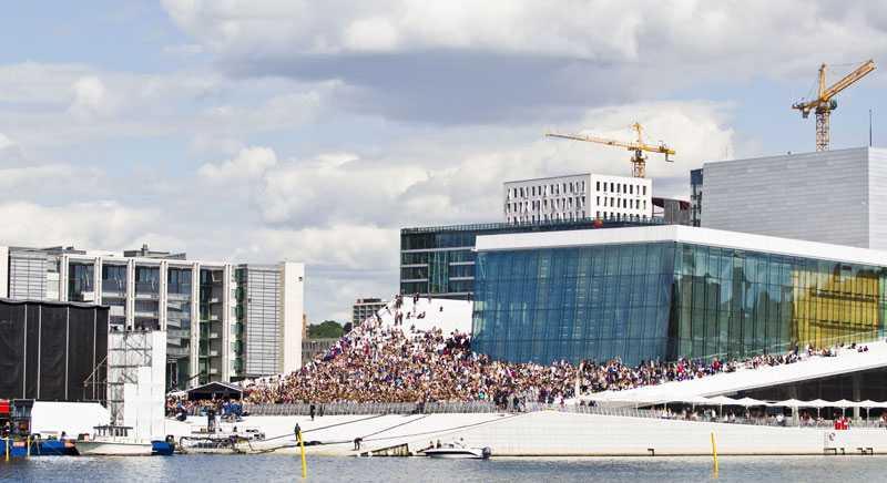 Hundratals fans samlades vid norska Operahuset och väntade in kanadensiska Justin Bieber.
