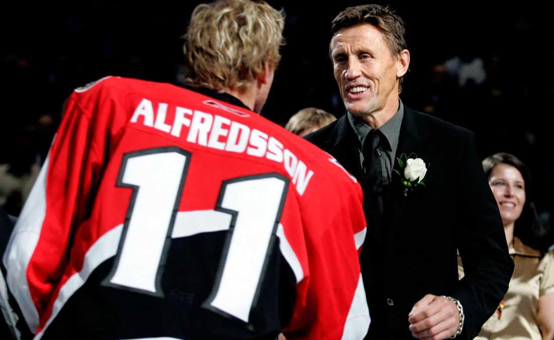 Börje Salming hyllas i Toronto och hedras av Ottawas lagkapten Daniel Alfredsson.