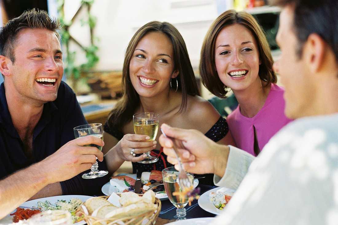 Knytismiddag med bästa vännerna sätter guldkant på en vanlig vardagkväll.