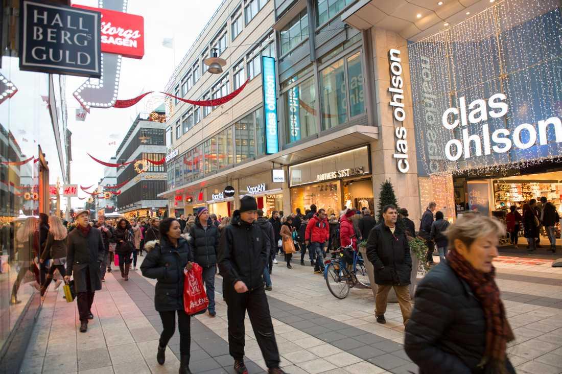 Shoppande turister är en viktig och ökande intäktskälla för den svenska handeln. Här är en av turismens paradgata i Stockholm – Drottninggatan i Stockholm. Arkivbild.