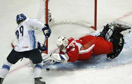 På attack Finland gick på attack direkt mot Danmark och kunde till slut vinna med klara 6–2. Här är det Niko Kapanen som försöker överlista Danmakrs målvakt Michael Madsen.