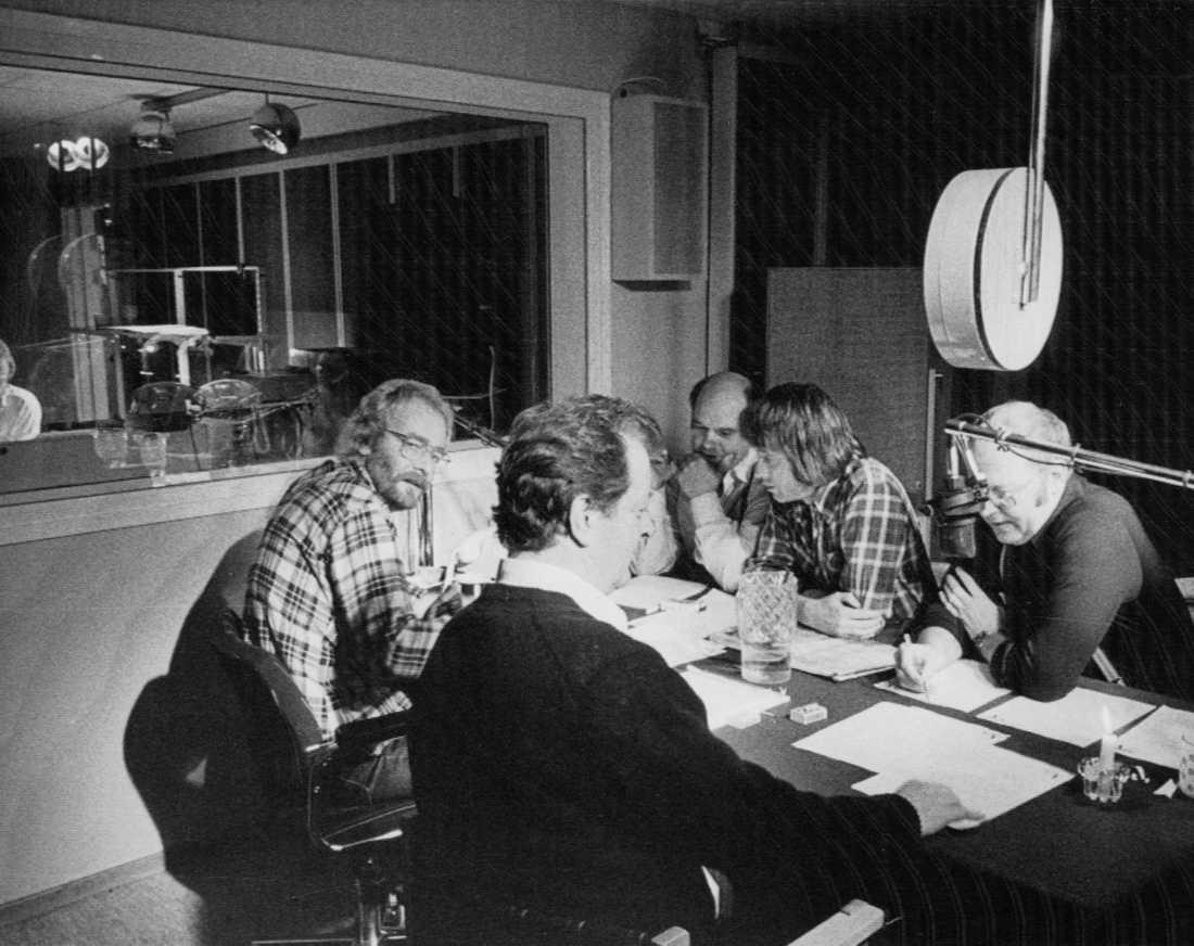 Kabaré Apropå-redaktionen.Frank Gunnarsson, Kent Andersson, Roland Janson, Anders Wällhed och Weiron Holmberg i en radiostudio