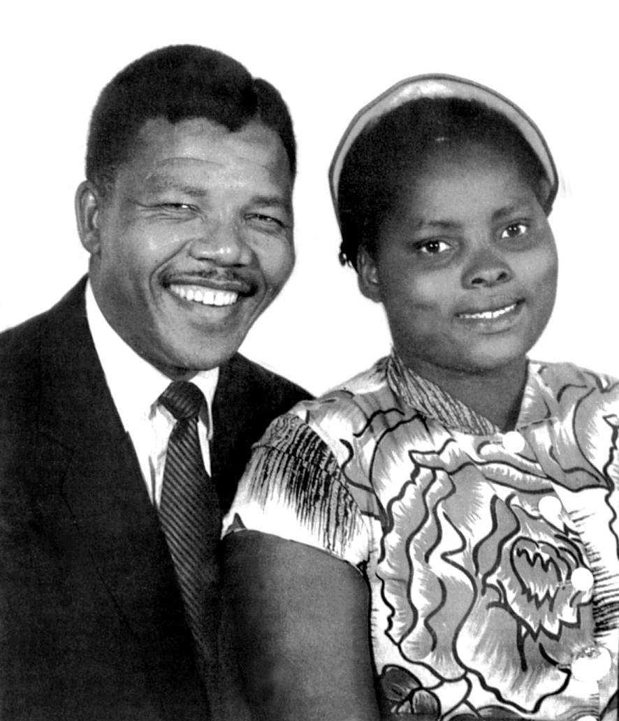 Nelson Madela tillsammans med sin första hustru Evelyn Mandela.  Paret träffades i Johannesburg och fick fyra barn; sönerna Madiba Thembekile (1946-1969, död i bilolycka) och Makgatho (1950-2005, död i AIDS) och döttrarna Makaziwe (1947-1948) och Makaziwe (f. 1953, uppkallad efter sin döda syster)