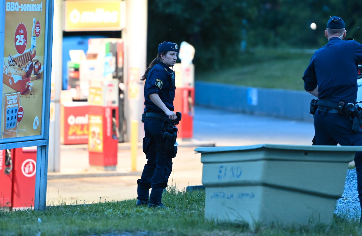 Poliser på plats vid brottsplatsen.