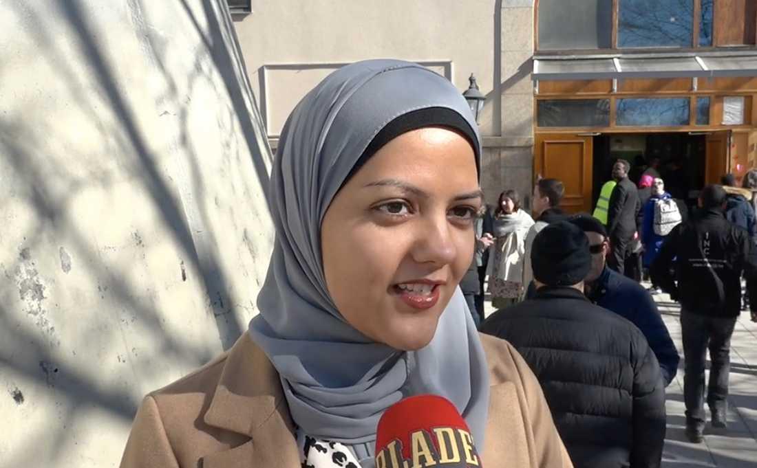 Madina Sejadi har kommit till moskén för att delta i manifestationen.