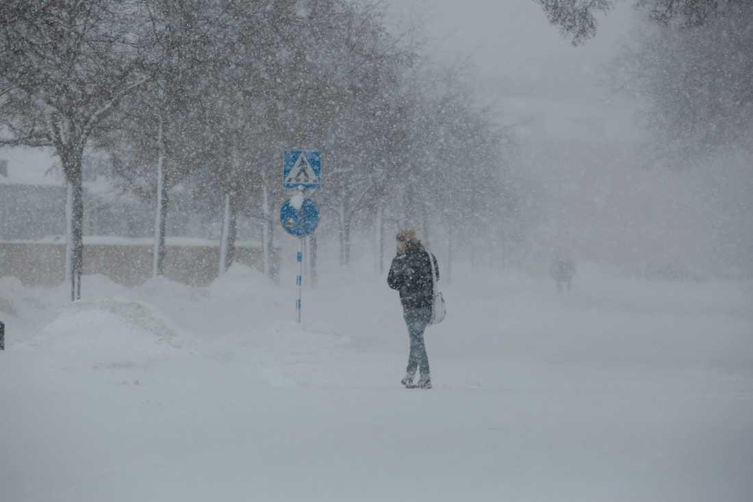 SMHI har gått ut med en klass 1-varning över ett omfattande snöfallsområde: Skåne, Blekinge, Kalmar län, Värmland, Dalsland och området mellan Vänern och Vättern.
