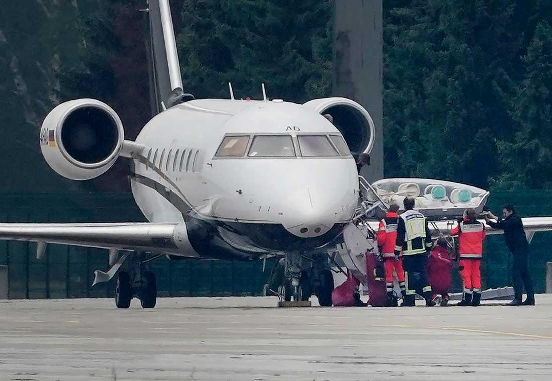 Navalnyj förs ut ur flygplanet i Berlin.