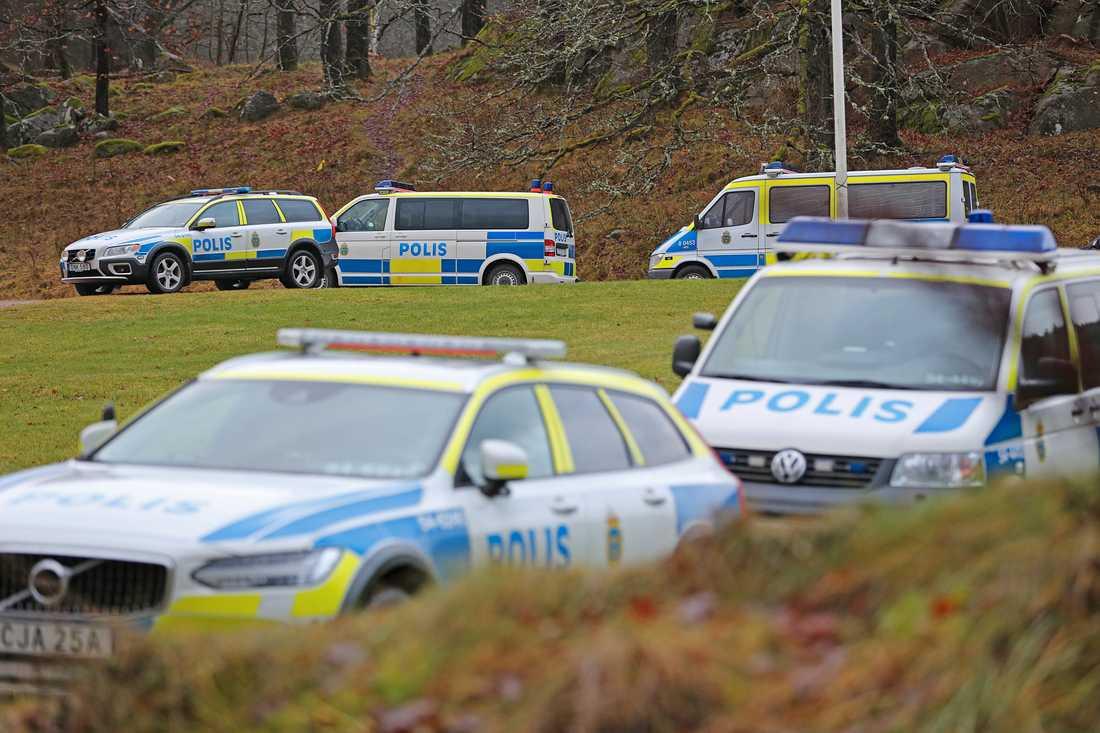 Ett område i terrängen utanför Uddevalla har spärrats av.Enligt polisen har det att göra med sökinsatsen efter Wilma, 17.