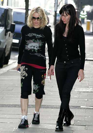 Mönsterclash Madonna tar den korta promenaden mellan hemmet och gymmet i den här intressanta utstyrseln.