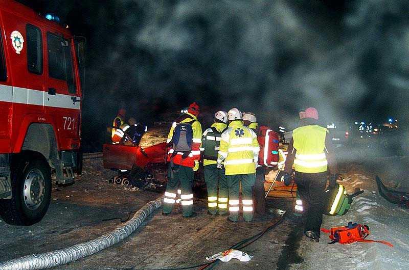 Ett stort räddningspådrag sattes igång efter olyckan. Både norsk och svensk personal fanns på plats.