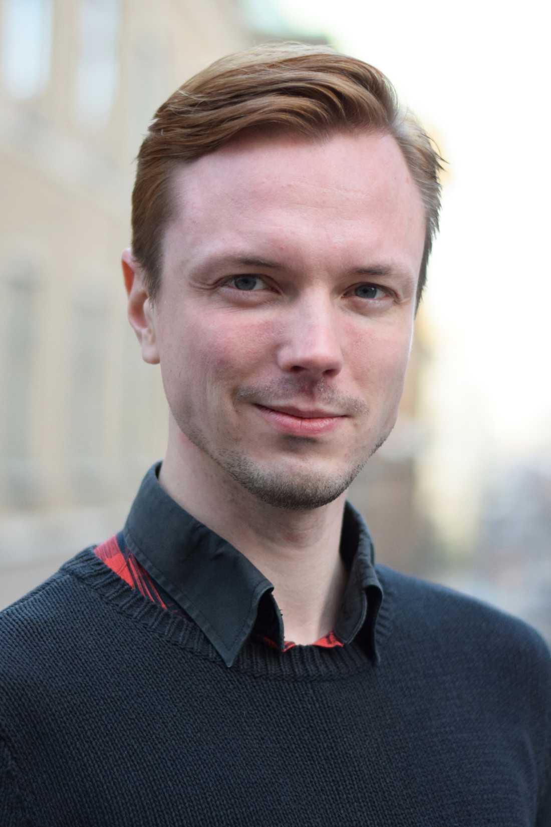 Andreas Hernbo, ordförande för RFSL Göteborg tycker det är anmärkningsvärt att Sahlgrenska inför ett stopp, trots öronmärkta pengar för att korta köerna för transpersoners vård.