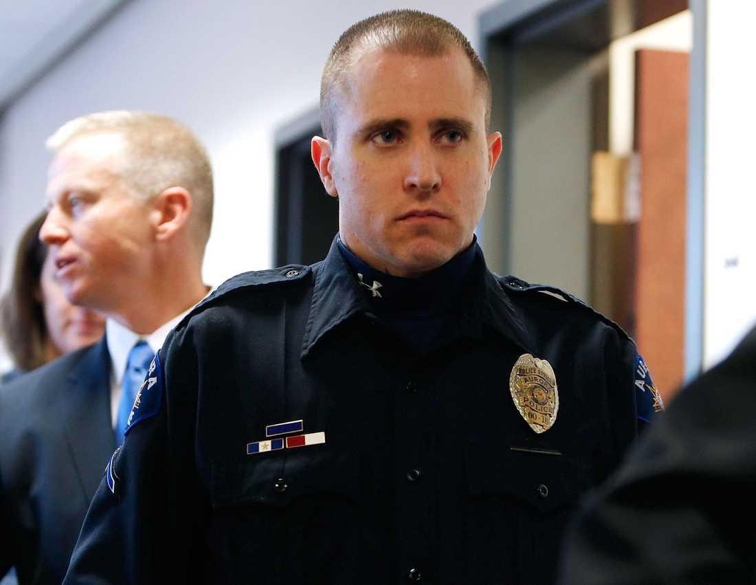 Polisen Justin Grizzle lämnar rätten, han var en av poliserna som kom till biosalongen efter Holmes massaker.