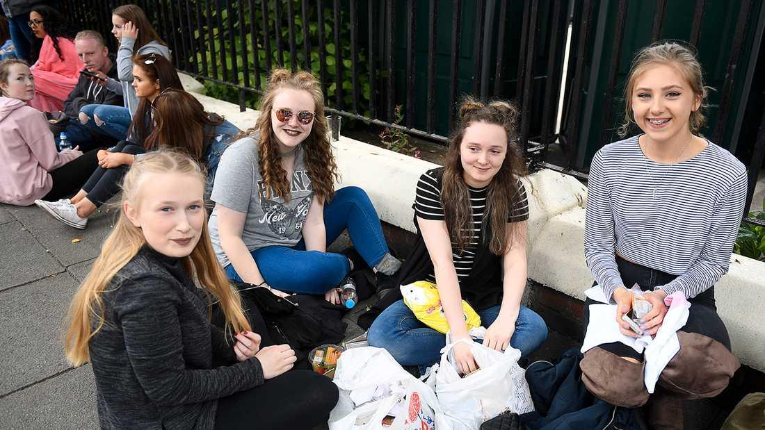 Fans väntar på One love-konserten i Manchester. Från vänster Becky Baker, Tia Fegan, Lucy Trickett och Charlie Lamprecht.