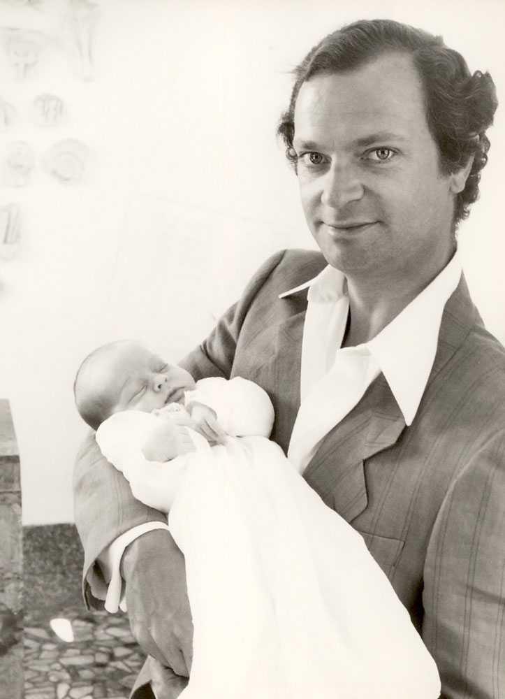 Nyfödd Kung Carl XVI Gustaf håller sin nyfödda dotter och prinsessa i famnen sommaren 1982.