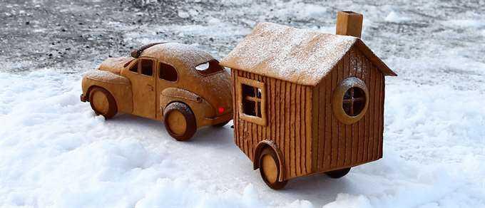 Bil med husvagn.