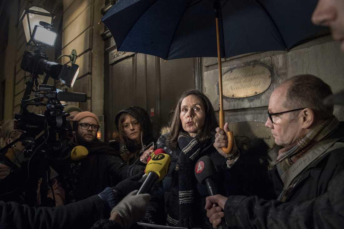 Den historiska presskonferensen med Sara Danius i regnet utanför Börshuset i november 2017.