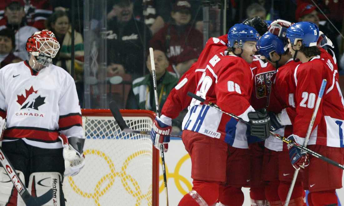 Kanadas målvakt Martin Brodeur deppar efter ett av Tjeckiens mål i gruppspelet i OS i Salt Lake City 2002. Matchen slutade 3-3. Tjeckien blev sedan utslaget av Ryssland i kvartsfinal och blev utan medalj.