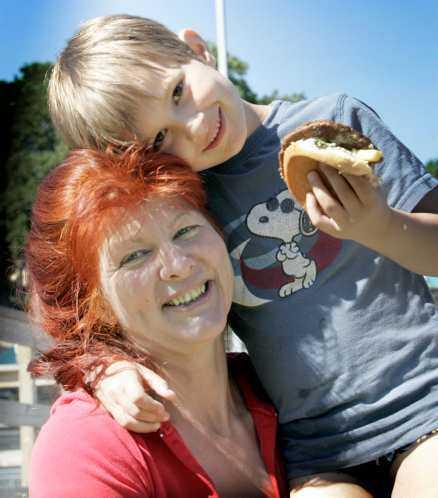 Maria Kruse, 50, Hägersten med sonen Ossian, 7: Jag tänker på vad som finns i vattnet, men det känns inte jättefarligt i Sverige. Är det jättevarmt på sommaren har man ju inget val.