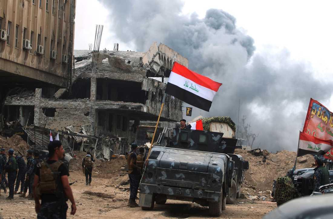 Irakiska soldater firar i Gamla stan i Mosul.
