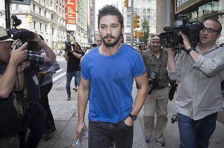 """Shia Labeouf efter att han berusad tänt en cigarett under """"Cabaret"""" på Broadway."""