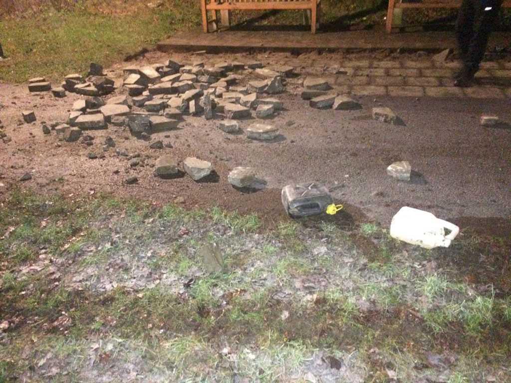 Polisen tror att oroligheterna i Hagsätra/Rågsved var förberedda. De har hittat uppbrutna gatstenar och molotovcocktails.