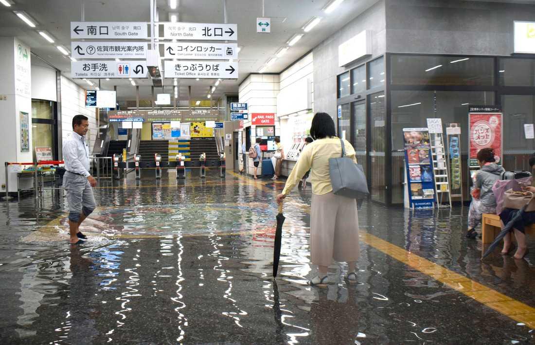 En översvämmad tågstation i Saga i sydvästra Japan.