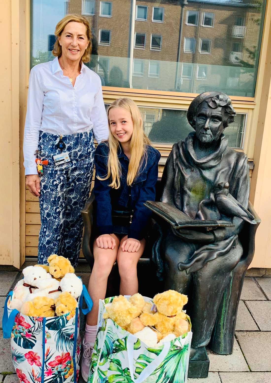 Sanna Murray-Salander på Astrid Lindgrens sjukhus tog emot nallarna. Du ska de få kärleksfulla kramar av barnen.