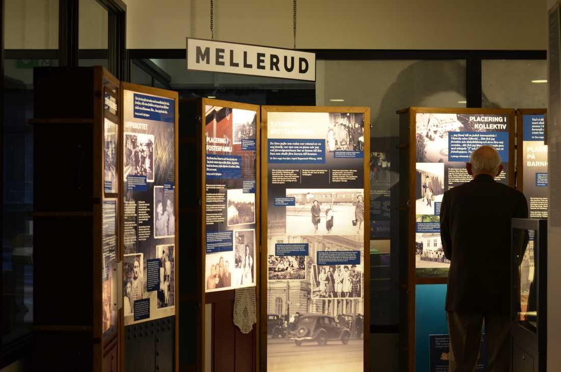 Utställningens informationstavlor är i form av koffertar.
