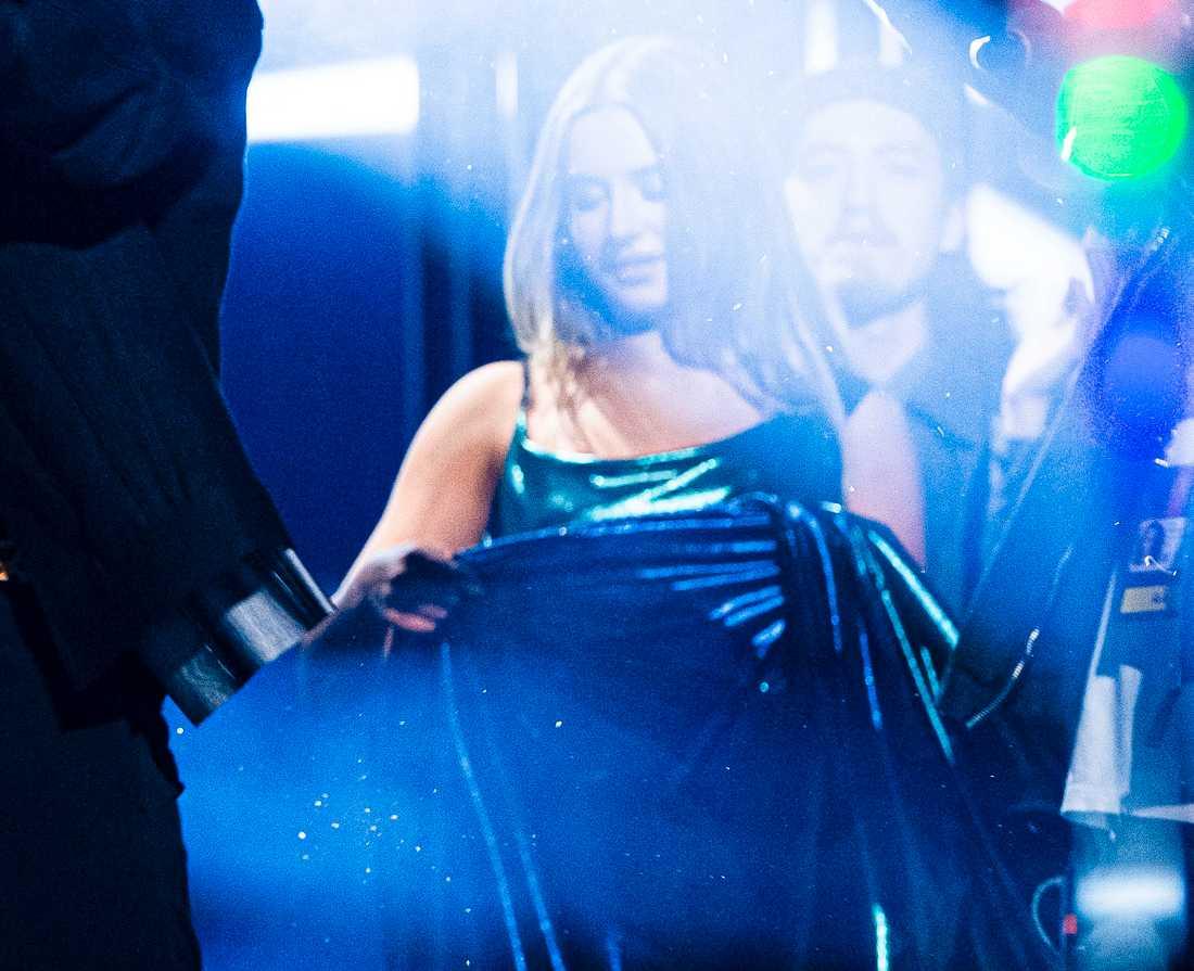 Hanna Ferm undersöker klänningen precis efter att den rivits sönder.