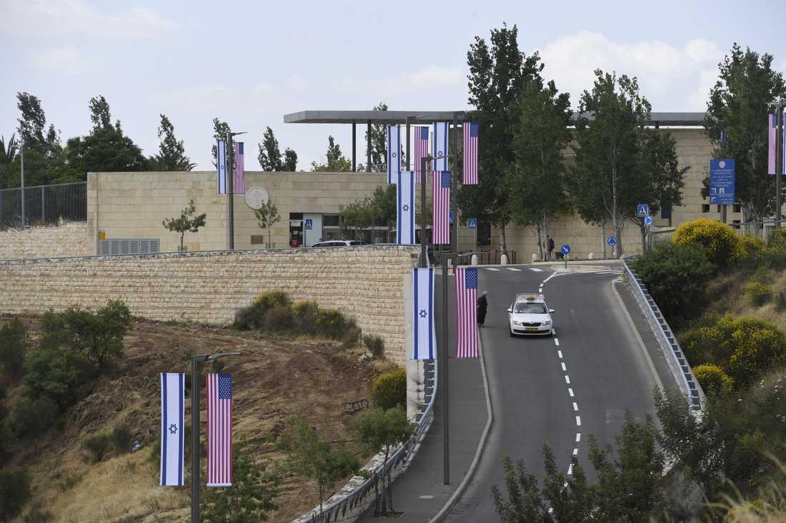 Ambassaden och området omkring ambassaden pyntas med flaggor och blommor.