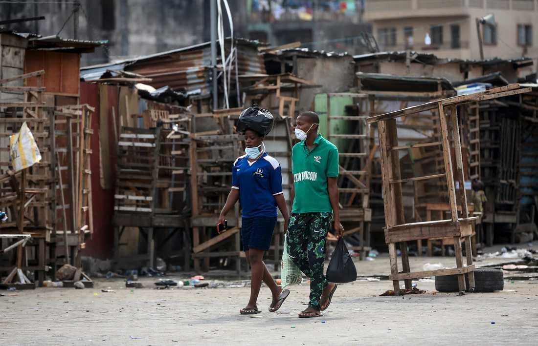 Stängda gatustånd vid en marknad i Nigerias största stad Lagos där myndigheterna stängt ner all icke samhällsbärande verksamhet för att försöka bromsa virusutbrottet. Bilden är från den 26 mars.