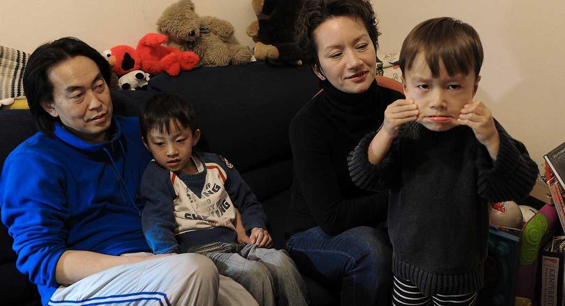 OROLIGA Masa Otaki, Hiroko Gunnarsson samt barnen Mika och Jun planerar att fly 100 mil söderut från Tokyo om läget förvärras.