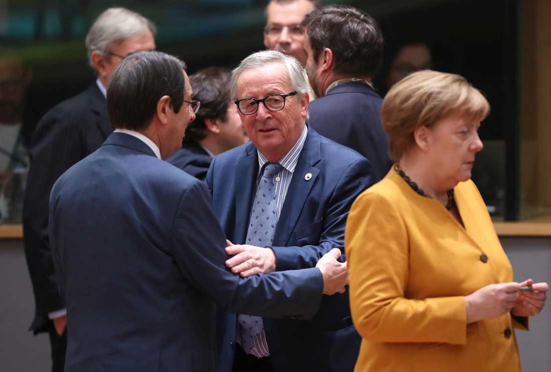 Kina är huvudämne vid det fortsatta EU-toppmöte i Bryssel för bland andra Cyperns president Nicos Anastasiades, EU-kommissionens ordförande Jean-Claude Juncker och Tysklands förbundskansler Angela Merkel.