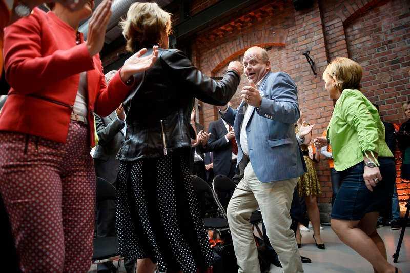 Moderaterna dansade loss under valkonventet. Efter diskot presenterade Reinfeldt Alliansens nyhet - 350 000 nya jobb.