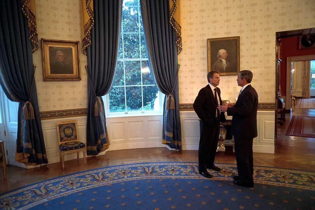 Interiörbild från Blå rummet i Vita huset. På bilden, tagen den 20 september 2001, pratar George Bush den yngre med Storbritanniens dåvarande premiärminister Tony Blair.