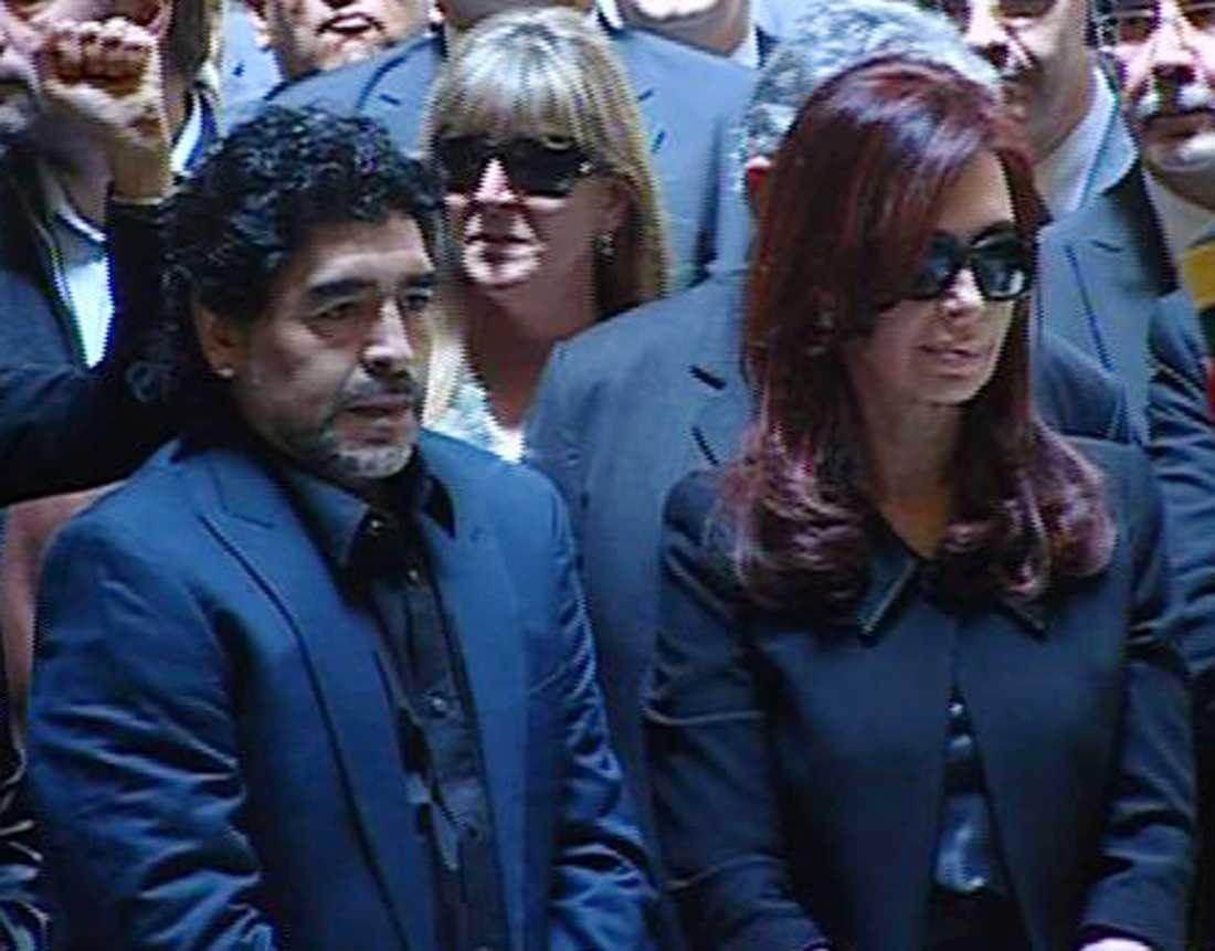 Diego Maradona och Argentinas dåvarande president och nuvarande vicepresident Cristina Fernández de Kirchner vid likvakan för hennes avlidne make, expresidenten Néstor Kirchner, i oktober 2010.