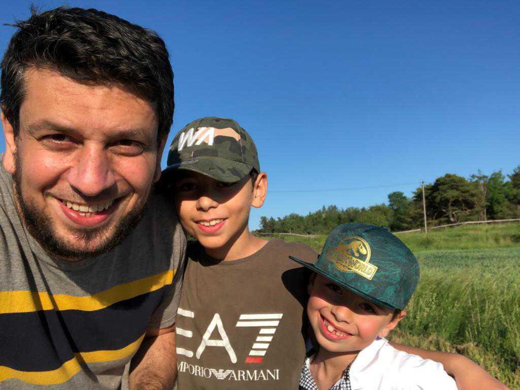 Samer Samer Abu Rahmeh hemma i Sverige tillsammans sönerna Fayez och Younes.
