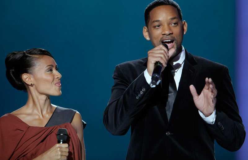 Yes, I can Will Smith greppar mikrofonen vid fredsprisutdelningen i Oslo i december. Bredvid sig står hustrun Jada Pinkett Smith.